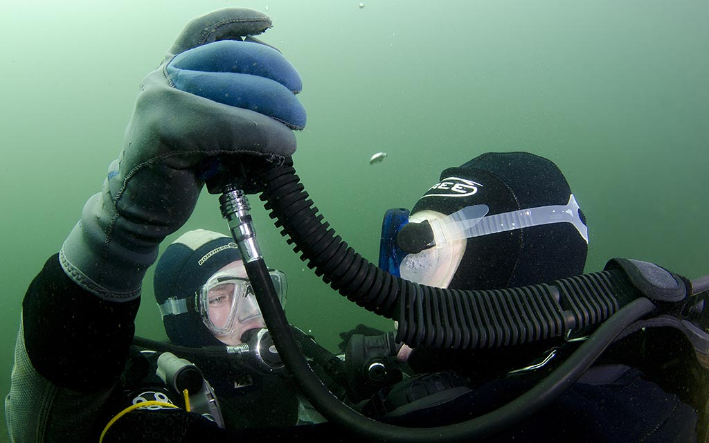 Diver simulates out of air situation and Controlled Buoyant Lift
